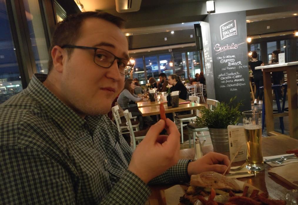 """Making-Of-Fotograf Fabian Brandl mit seinem Grilled Sandwich """"Chicken Curry"""". Es scheint zu munden. (sde)"""